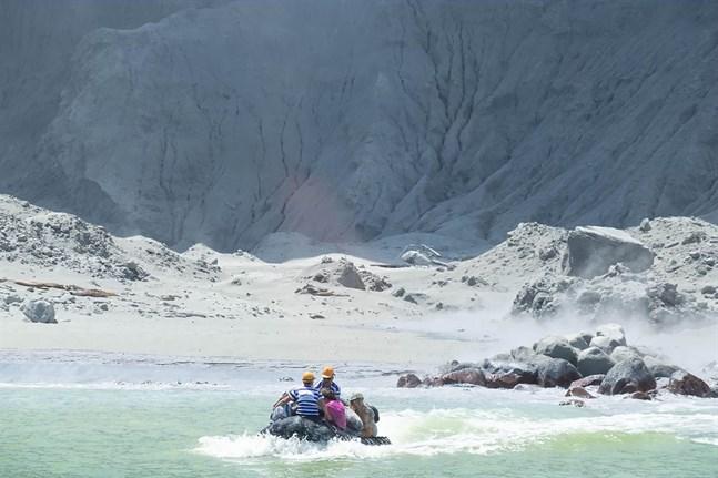 Räddningspersonal på väg till vulkanön.