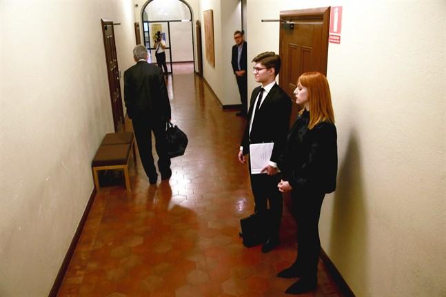 Cissi Wallin väntar på att få gå in i rättssalen under huvudförhandlingen i förtalsmålet emot henne i november. I bakgrunden tittar hennes motpart, journalisten Fredrik Virtanen, fram