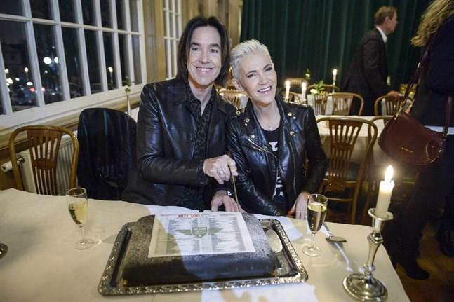 Per Gessle och Marie Fredriksson 2014, när de med tårta firar att det då var 25 år sedan Roxettes