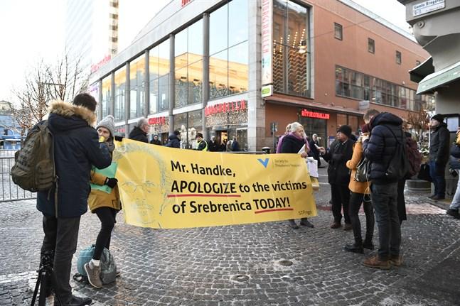 Demonstranter på Hötorget i Stockholm protesterar under tisdagen mot att författaren Peter Handke tilldelas Nobelpriset i litteratur. Under tisdagskvällen sker ännu en manifestation på Norrmalmstorg.