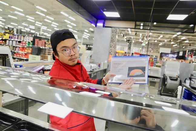 Bolin Wu är 26 år och kommer från Kina. Han har jobbat som sushikock tidigare, på Citymarket i Pirkkala. Nu är han en av åtta kockar som ska laga sushi i Vasa.