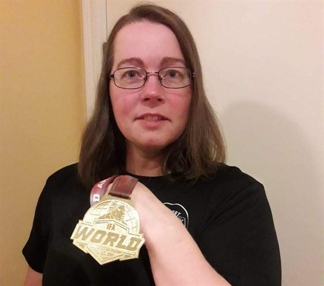 Anne Söderlund och VM-guldet som hon hade med sig i bagaget från Polen.