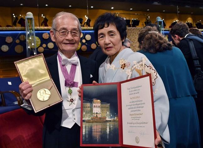 Den japanska kemipristagaren Akira Yoshino och hans fru Kumiko gläds över nobelpriset.