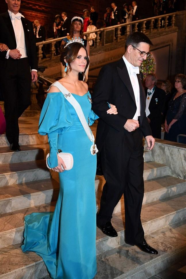 Prinsessan Sofia och den schweiziska astronomen Didier Queloz anländer till Blå salen.