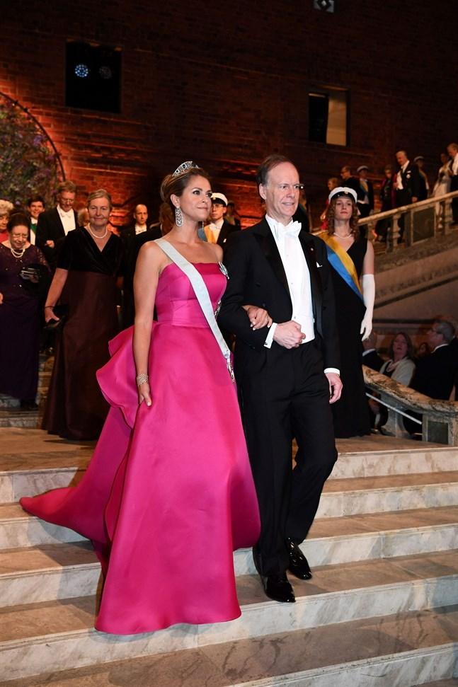 Prinsessan Madeleine och den amerikanska pristagaren i medicin,  William G. Kaelin, anländer till Blå salen.