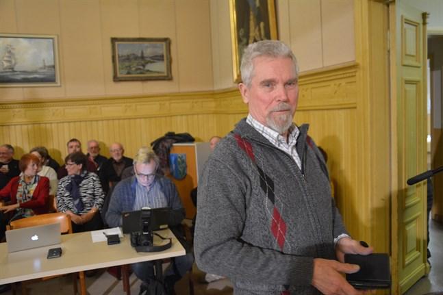 De grönas Erkki Nykänen röstade ja till fusion på mötet som ogiltigförklarades. Han kommer inte att delta i kvällens möte och tror inte partiet har någon ersättare. Den tomma stolen avgör sannolikt fusionsfrågan. Då blir det nej till fusion.