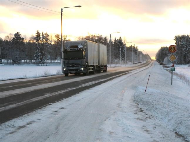 Den tunga trafiken packar snön och sedan lämnar spåren kvar trots plogning.