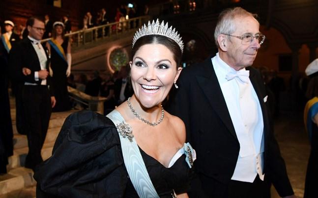 Kronprinsessan Victoria och astrofysikern James Peebles anländer till banketten.