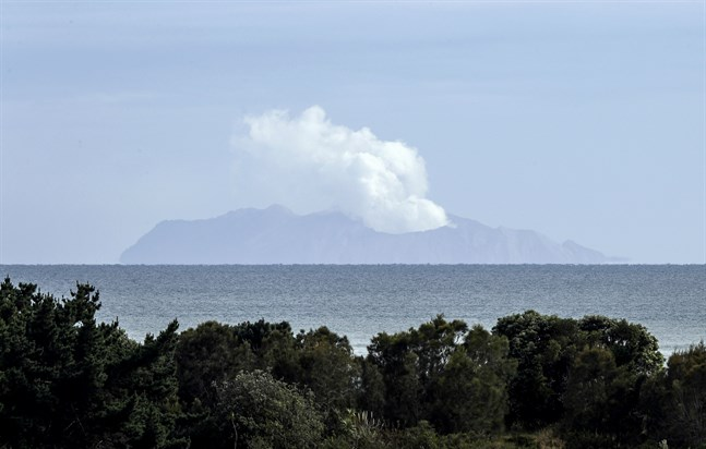 Rökpelare stiger under onsdagen från vulkanön White Island i Nya Zeeland.