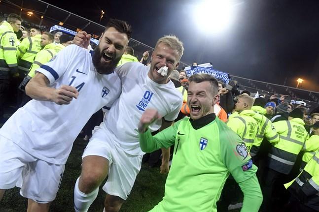 Tim Sparv (längst till vänster) firar med Paulus Arajuuri och Lukas Hradecky att EM-platsen är bärgad.