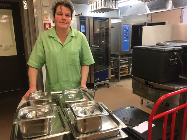 Kocken Carolina Holmqvist vet inte, lika litet som någon annan, vem som blir ny leverantör av matservicen i Nykarleby nästa år. På Hagalund upphör i alla fall tillredningen av 80 matportioner varje dag.