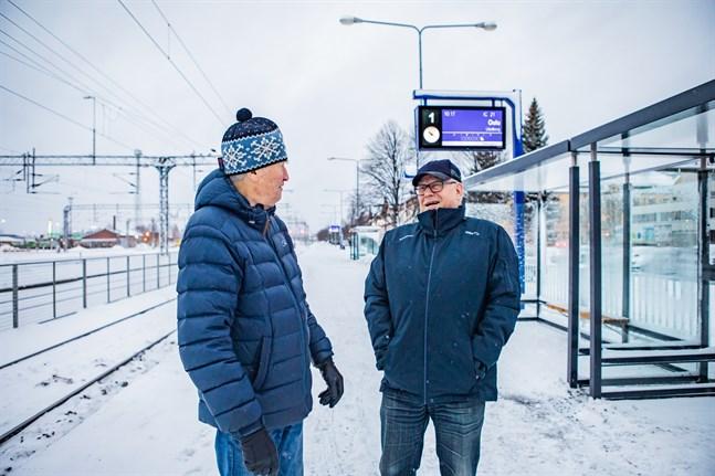 Roy Sabel och Ole Granholm gläds åt de fina vindskydden som äntligen står  färdiga på Karleby tågstation.