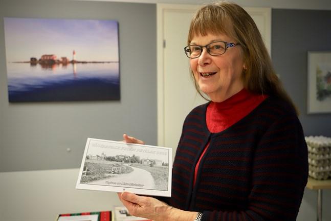 Margareta Björkholm med Petalaxalmanackan 2020. Det var den nionde årgången. Den tionde har nyss blivit tryckt.