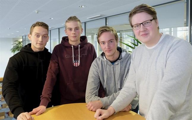 Om Axxell-studerandena Oliver Höglund, Alexander Björkholm, Staffan Bäckman och Lukas Sandholm klarar av sina 30 studiepoäng vid Yrkeshögskolan Novia och får sin grundexamen vid Axxell så garanteras de en fortsatt studieplats vid Novia.