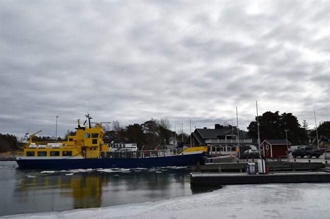 Inga öar med färjeförbindelser kan anses vara svårtillgängliga med tanke på postutdelningen, enligt Skärgårdsdelegationen. Posten kan delas ut av fartygets personal.