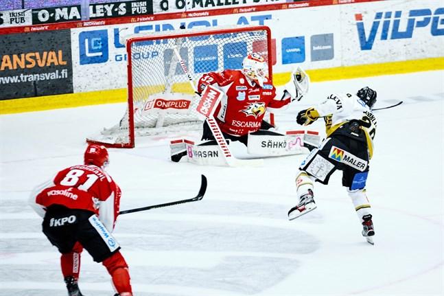 I onsdags blev Niko Hovinen utbytt efter tre insläppta mål i början av första perioden mot Ilves. Mot Kärpät revanscherade han sig, bland annat genom den här räddningen på Kärpät-yttern Radek Koblizeks skott.