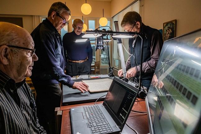 Bo-Göran Knutar kollar i datorn att fotona håller tillräckligt hög kvalitet. I bakgrunden Henrik Slotte, Bo Paasiala och Håkan Nyman.