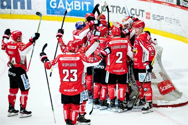 Jublet var öronbedövande då Sport firade tre poäng mot serieledande Kärpät. Publiksiffran 3423 är den bästa på Kopparön hittills den här säsongen.