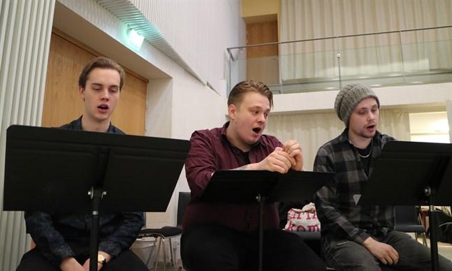 Musikstuderande har engagerats i musikalprojektet. Från vänster i bild Daniel Edberg, Robin Turunen och Filip Rosengren.
