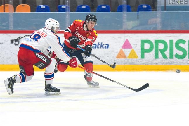 Niko Ervasti (15) gjorde hemmalagets 3–1-mål. Här hinner gästernas Joni Kuoppala inte täcka ett skott av Ervasti.
