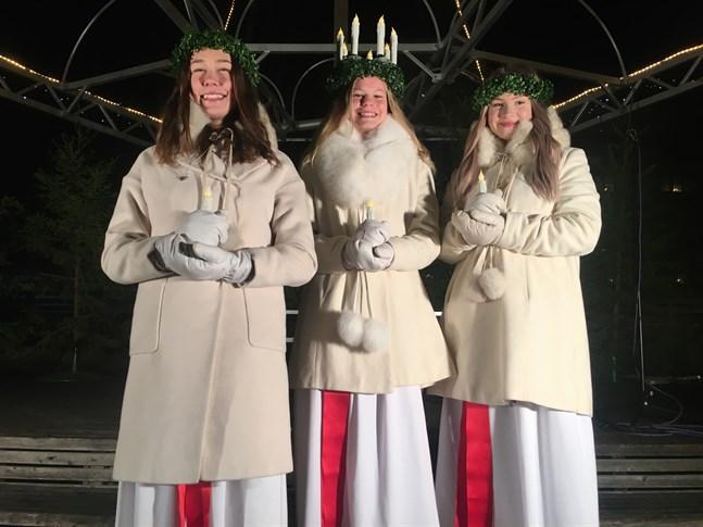Nykrönta och strålande glada är lucian Elin Wik med tärnorna Alma Hedman och Theresa Nyman redo att inleda sitt uppdrag att sprida ljus, glädje och värme.
