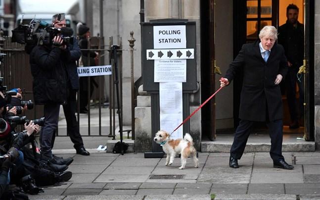 Boris Johnson och hans Tories-parti vann en seger som var så stor att man måste gå tillbaka till 1980-talets Storbritannien för att hitta något liknande. Här har han nyss röstat på torsdagen.