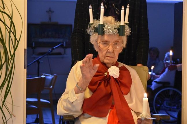 Sigrid Maris vinkade till publiken när hon gick i spetsen för Boställets luciatåg.