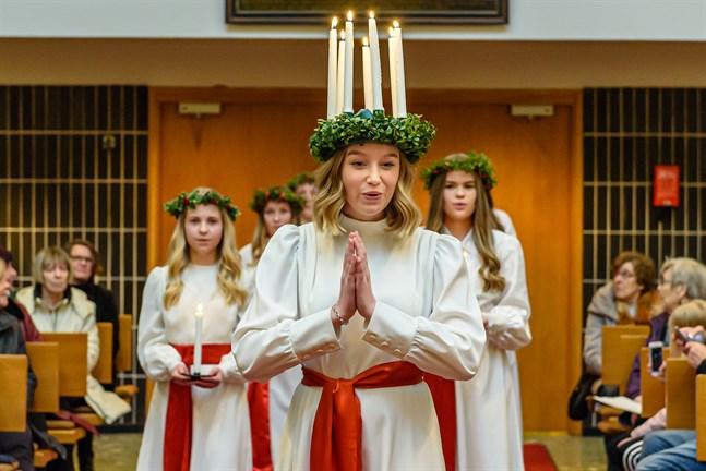 Lucia Marie Brunell och tärnorna Alma Långbacka och Emma Vikman under uppträdandet i Gamlakarleby kyrka i fjol.