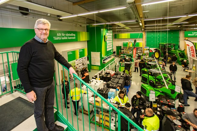 Tidigare körde Sven Österberg runt och hälsade på bönderna för att sälja sina produkter. Den senare tiden har mycket skett via telefonen från arbetsrummet i Hankkija i Karleby, dit många kunder på fredagen stack sig in på pensionskaffe.