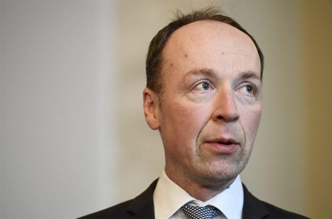 Samlingspartisten Pertti Salolainen antyder att Sannfinländarnas ordförande Jussi Halla-aho har drabbats av samma censureringsiver som Ungerns premiärminister Viktor Orbán.