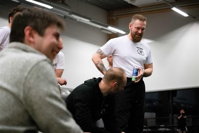 För Rodney Strandvall (till höger) är kampsporten framför allt en gemenskap som han inte skulle vilja leva utan. Här tillsammans med bland andra Lucas Vikström (till vänster) på ett läger i kickboxning vid Fitness gym i Jakobstad.