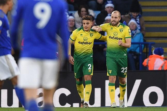 Teemu Pukki (till höger) öppnade målskyttet när hans Norwich gästade Leicester.