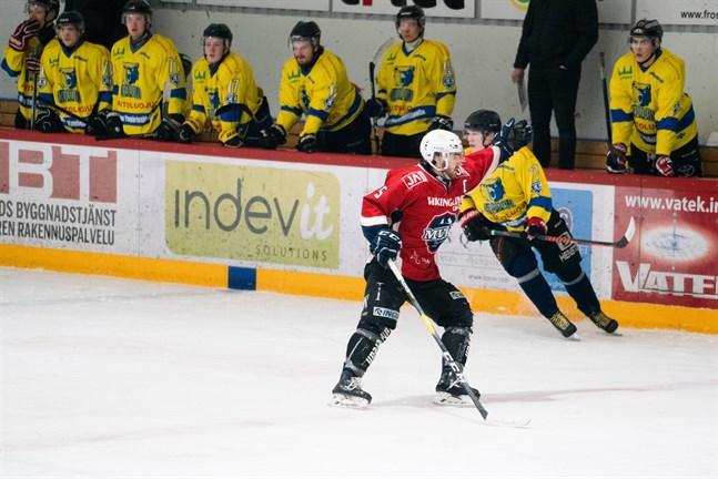 Lagkaptenen Erik Backlund som vi är vana att se honom när han leder sitt Muik Hockey från fronten.