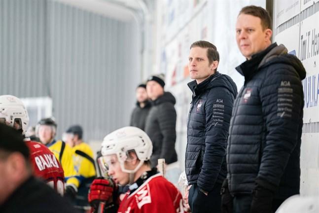 Michael Ringberg (till vänster) och Tommy Isaksson coachade Muik Hockey under den senare halvan av säsongen. Ringberg som huvudtränare och Isaksson som assisterande.