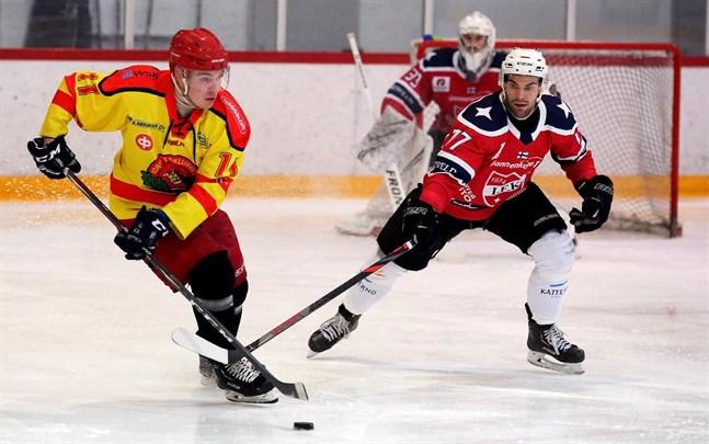 Matias Kinnunen gjorde Kronans andra mål. Här jagas han av IFK Lepplax Jonas Riska.