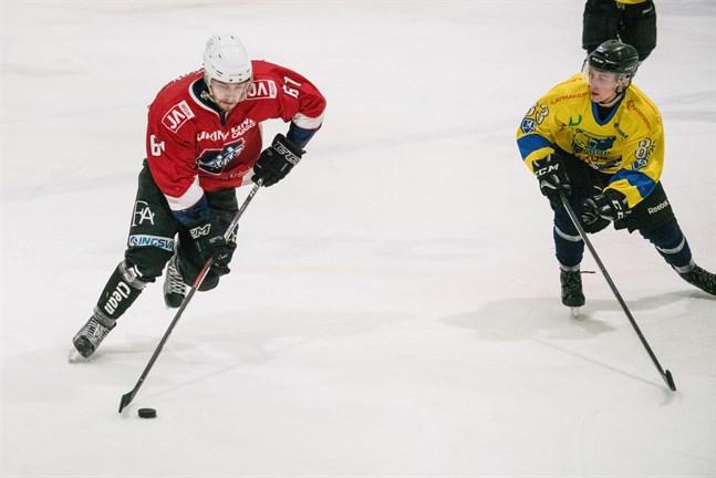 Maxim Valkov (61) i Muik Hockey drev med pucken mot Kasperi Lähteenmäki (83) i Karhu HT den 14 december, men för honom är det nu färdigspelat i Muik.