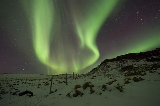Den magnetiska nordpolens snabba flytt från norra Kanada i riktning mot Sibirien kan innebära tekniska utmaningar för bland annat flygbranschen.