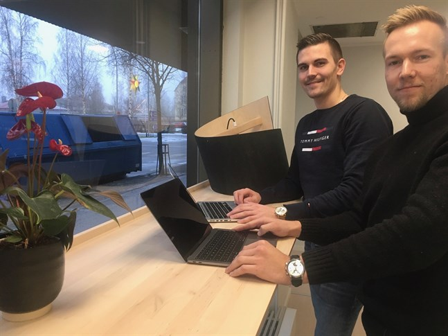 Företagarduon Christoffer Sirén och August Strandberg slår samman sina bolag i ett nytt holdingbolag, där en ny bilaffär i Nykarleby utgör en helt ny bit.