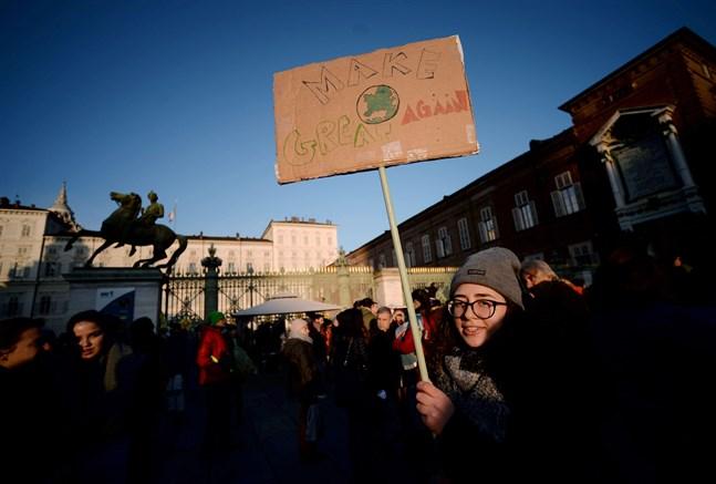 """""""Make the world great again"""" sammanfattar kolliderande målsättningar och en generations krav under 2019. Den här skylten håller en flicka på en Fridays for Future-demonstration i Turin, Italien, där Greta Thunberg talade under sin resa hem till Sverige i mitten av december."""