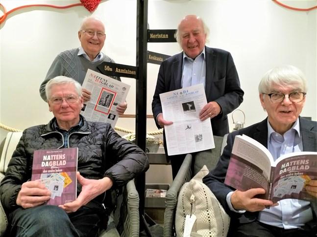 """I """"Nattens Dagblad – den andra boken"""" finns valda bitar ur Nattens Dagblad, eller NaDa, 1985–2019 samlade. Harri Hagström (vänster), Lars Junell (sittande), Allan Blom och Holger Wester (stående)."""