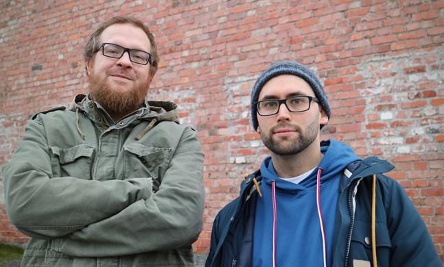 """Pekka """"Alamaa"""" Koivisto och Daniel """"Dadi Vozo"""" Huhtamäki leder en hiphopworkshop för unga i Tobaksmagasinet våren 2020."""