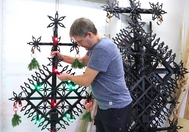 Tommy Hemgård berättar att julkorsen är förknippade med mycket vidskeplighet. Om någon dött, ska inget kors resas det året. Och om någon avlider under julhelgen ska korset tas ner och läggas på en bänk eller ett bord. Glömmer man att ta ner korset på fastlagstisdagen far trollen iväg med det.