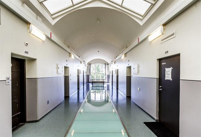 Fängelsepersonal är i princip de enda som i nuläget stiger över tröskeln till fängelset.