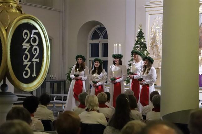 Arkivbild: Korsholms kyrka var fullsatt när Finlands lucia Sara Ray med tärnor steg in 18 december 2019.