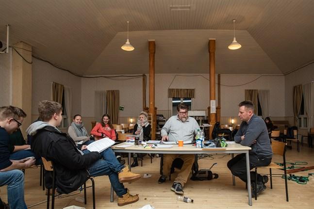 Mika Fagerudd leder en av repetitionerna inför årets Terjärvrevy. Till höger om honom vid bordet sitter Anders Granvik, bakom honom syns (sett från vänster i bild) Ida Timmerbacka, Janina Granvik och Wilma Kukkola.