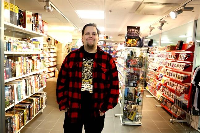 Spelbutikerna har problem runtom i Finland. Vasas Pelimies går däremot bra, säger butikschef Juuso Suihkonen.