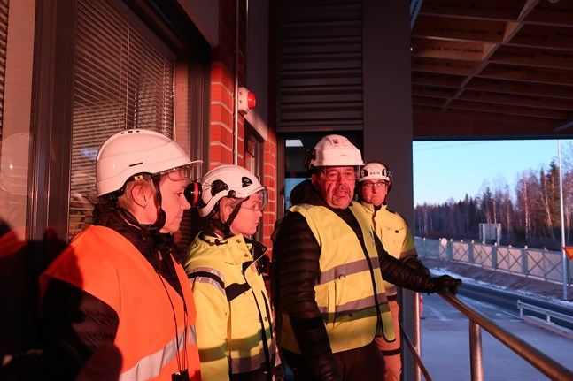 Sari Hörkkö (till vänster), Kaisa Uusitalo, Sune Junell och Simon Fagerudd visar upp den nya mätstationen vid UPM i Jakobstad.