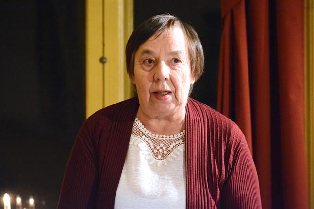 Kasköpolitikern Mirja Högstrand byter grupp. Från årsskiftet är hon med i SFP:s fullmäktigegrupp i ställetföratt höra till Vänsterförbundets.