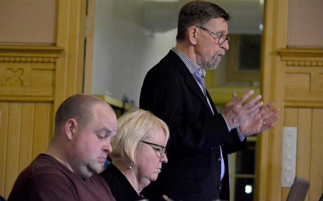 """Jag är mycket, mycket bekymrad sa styrelseordförande Carl-Gustav Mangs, medan Johan Bärnlund blev """"mörkrädd"""" åt budgeten. Mellan dem Solveig Björklund."""