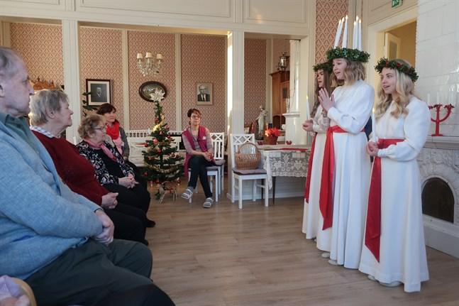 ÖT:s och Karlebynejdens lucia, Marie Brunell, besökte seniorernas dagverksamhet i Terjärv tillsammans med tärnorna Emma Wikman (t.v.) och Alma Långbacka.